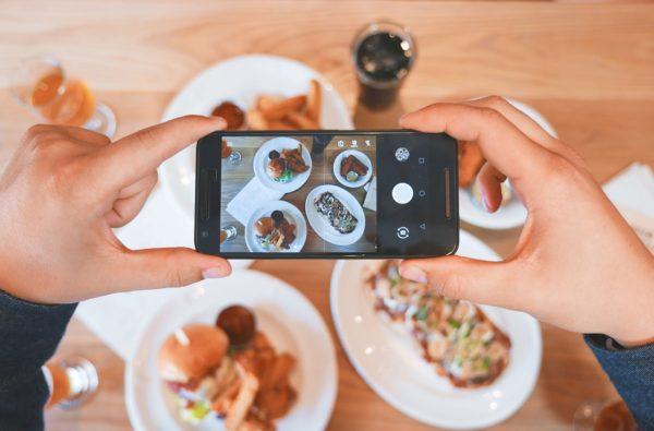 Adolescenti e smartphone a tavola